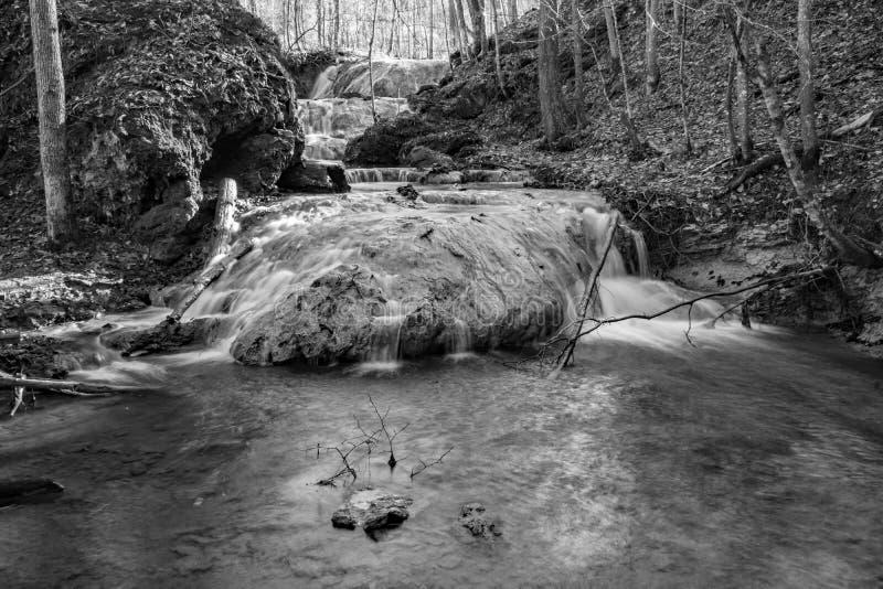Uma imagem preto e branco de uma cachoeira do travertino imagens de stock royalty free