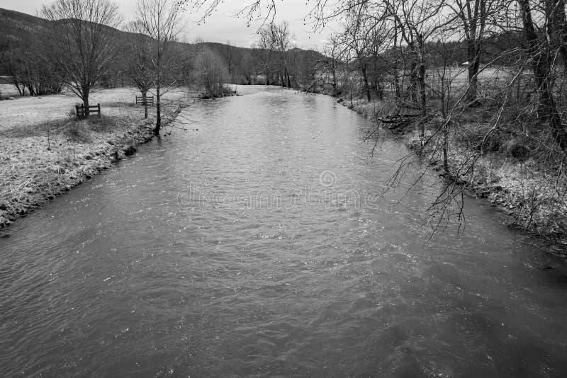 Uma imagem preto e branco de Jackson River foto de stock