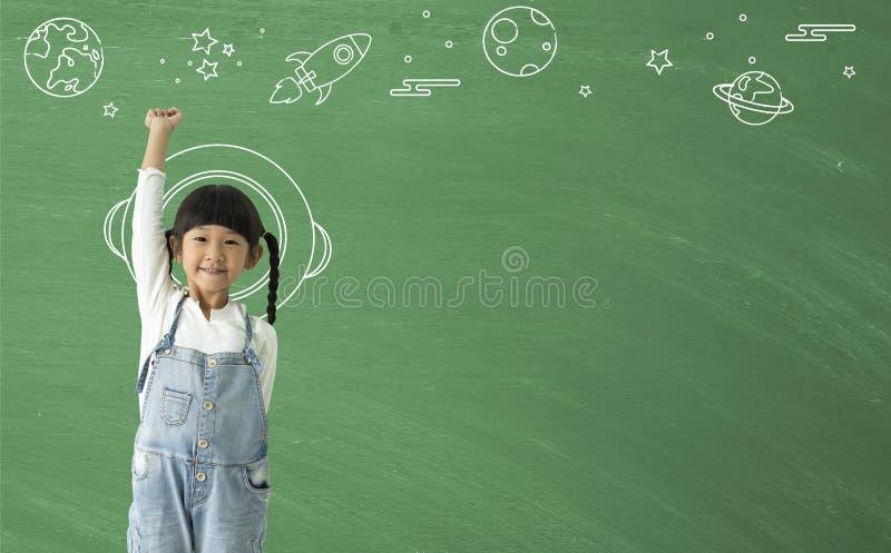 Uma imaginação de sorriso feliz da menina asiática pequena com aprendizagem da tecnologia da ciência foto de stock royalty free