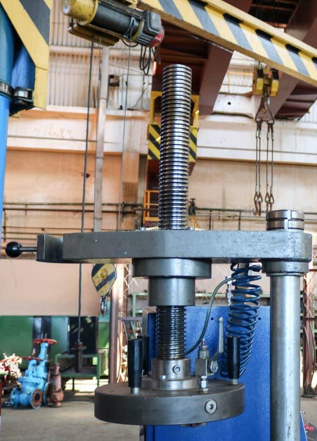 Uma imprensa automática do grande metal com uma linha e um motor bonde na planta de produção Indústria do conceito, trabalho na p fotografia de stock royalty free
