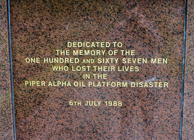 Uma inscrição em um memorial do desastre da plataforma petrolífera de Piper Alpha no parque de Hazlehead, Aberdeen, Escócia fotos de stock