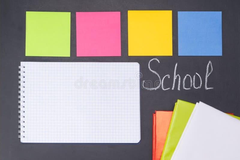 Uma inscrição no ` da escola do ` da administração da escola, em um caderno e em etiquetas para notas, um fundo foto de stock