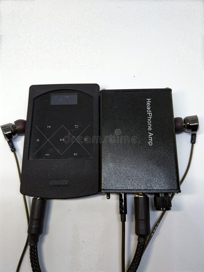 Uma instalação audio simples compreende de telefones da orelha, de jogador de música e de amplificador fotografia de stock royalty free