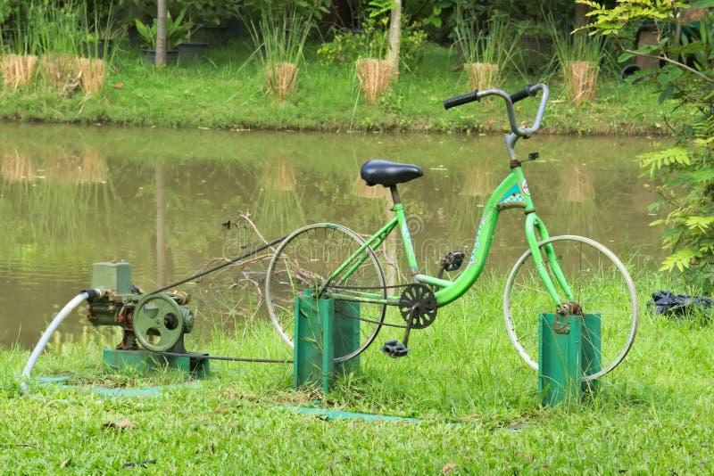 Uma interessante, uso inventivo de um quadro da bicicleta, e energia humana, como uma fonte de energia da bomba de água fotos de stock royalty free