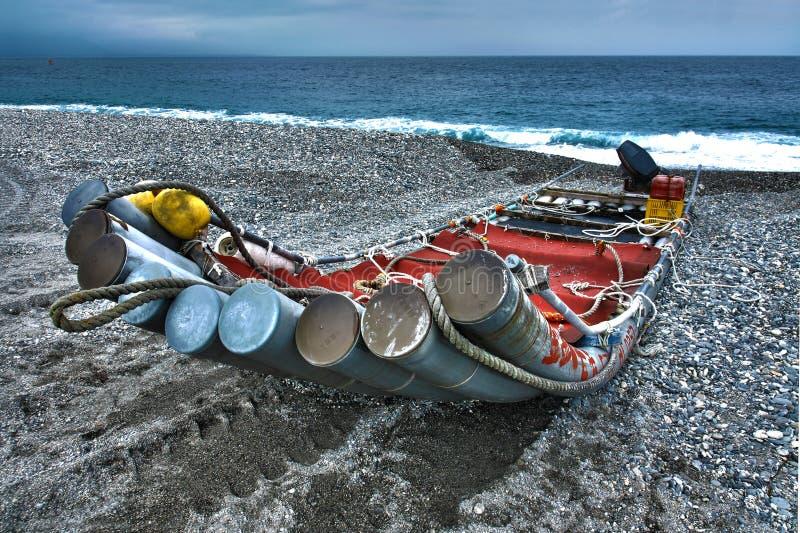 Uma jangada na praia imagem de stock