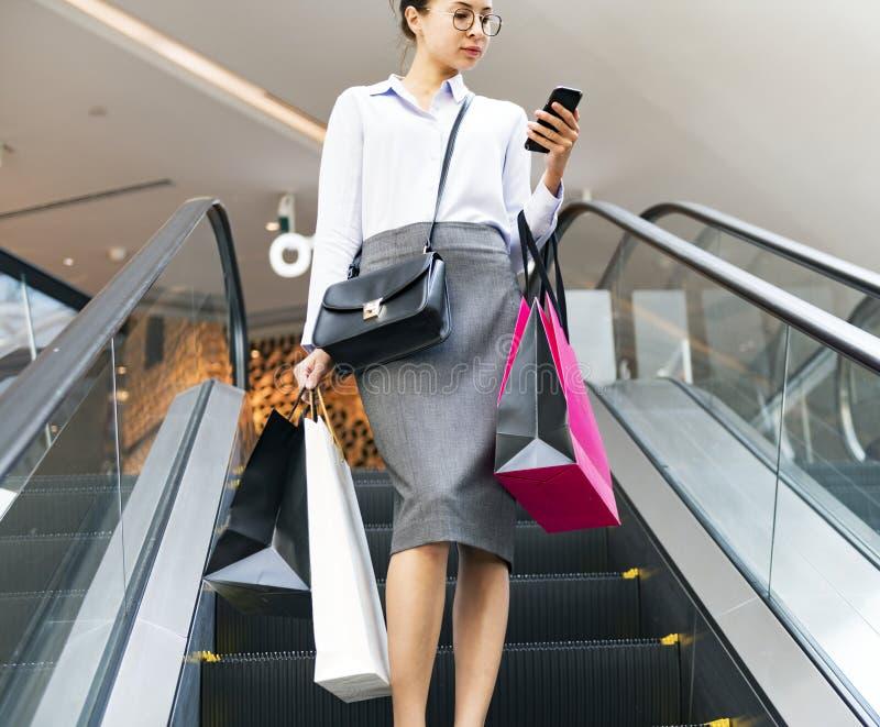 Uma jovem mulher aprecia o conceito de compra no armazém imagem de stock royalty free