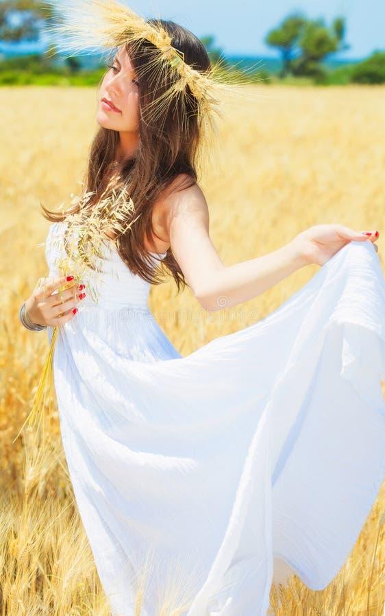 Download A Mulher Está No Campo Com Uma Grinalda Imagem de Stock - Imagem de campo, somente: 29834195