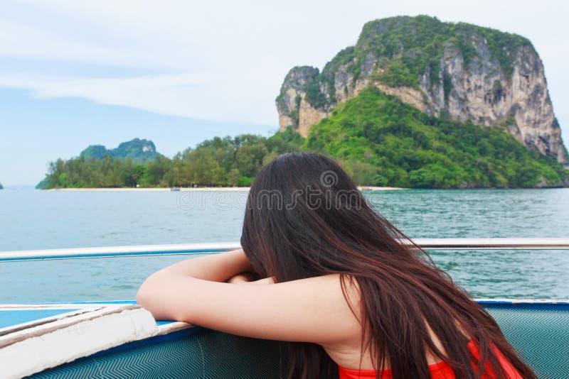 Uma jovem mulher bonita que relaxa no barco da velocidade fotos de stock royalty free