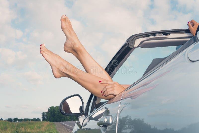 Uma jovem mulher em férias Menina feliz em um convertível contra o céu ver?o Viagens do país weekend fotografia de stock