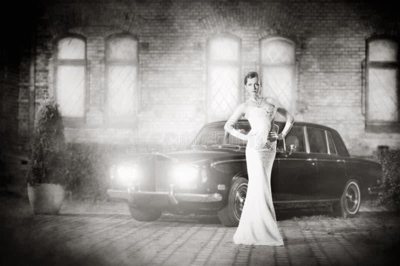Uma jovem mulher em um vestido branco em um fundo luxorious foto de stock royalty free