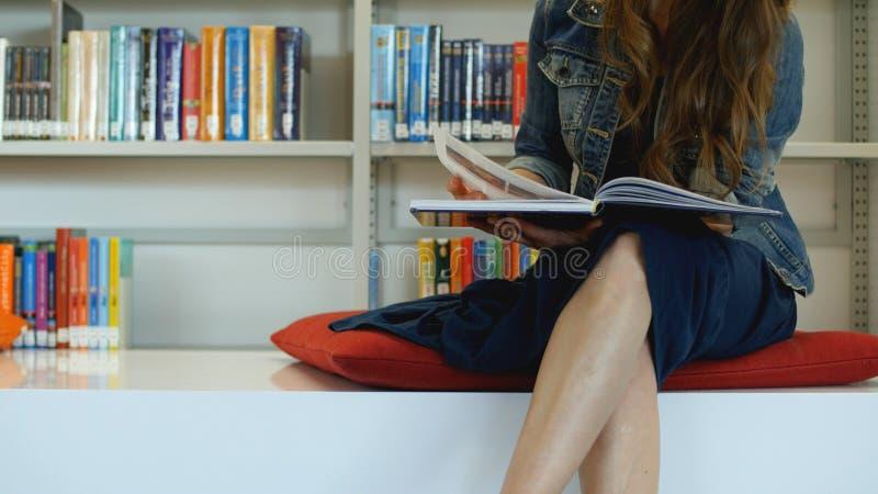 Uma jovem mulher em uma biblioteca pública fotos de stock