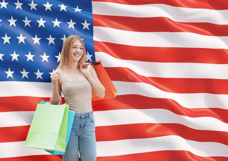 Uma jovem mulher feliz com os sacos de compras coloridos das lojas extravagantes fotos de stock