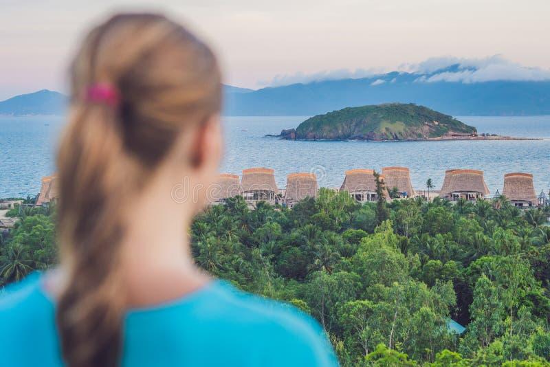 Uma jovem mulher olha o mar Foco no mar imagem de stock royalty free