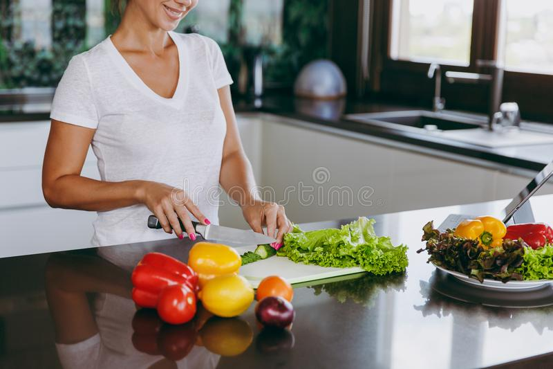 Uma jovem mulher passa o tempo em casa, na cozinha e no roo foto de stock royalty free