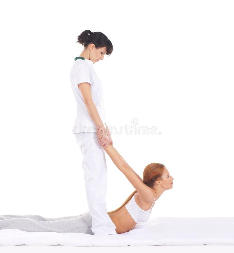 Uma jovem mulher que obtem uma massagem tailandesa tradicional fotos de stock
