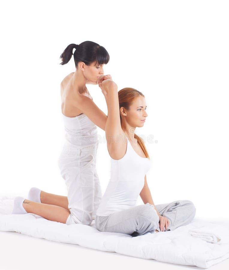 Uma jovem mulher que obtem uma massagem tailandesa tradicional foto de stock