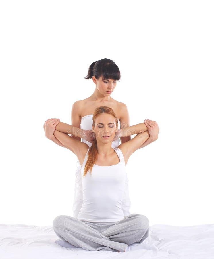 Uma jovem mulher que obtem uma massagem tailandesa tradicional fotos de stock royalty free