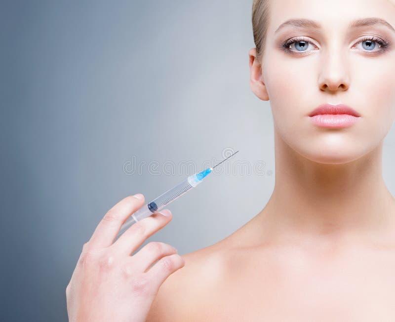 Uma jovem mulher que tem um tratamento do botox imagens de stock royalty free