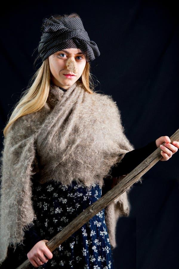 Uma jovem mulher que veste um traje da bruxa foto de stock