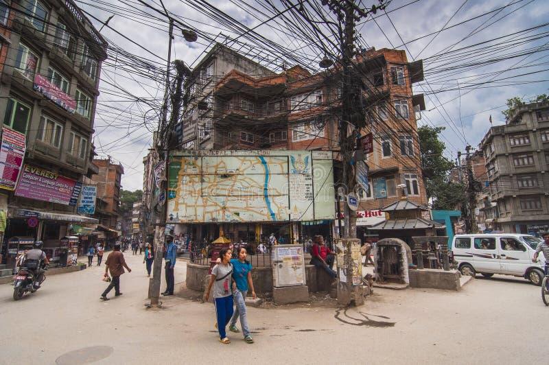 Uma junção de Kathmandu, fios entrecruza entre as partes superiores dos polos, Nepal imagem de stock