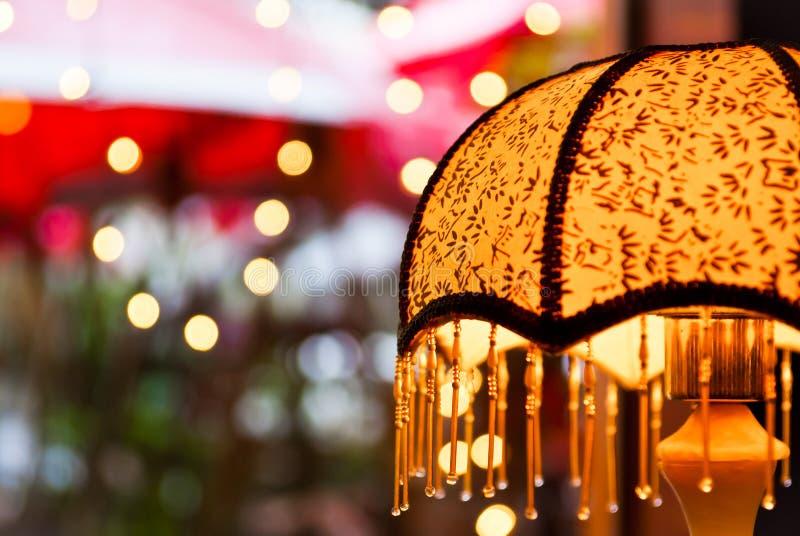 Uma lâmpada de mesa alaranjada foto de stock