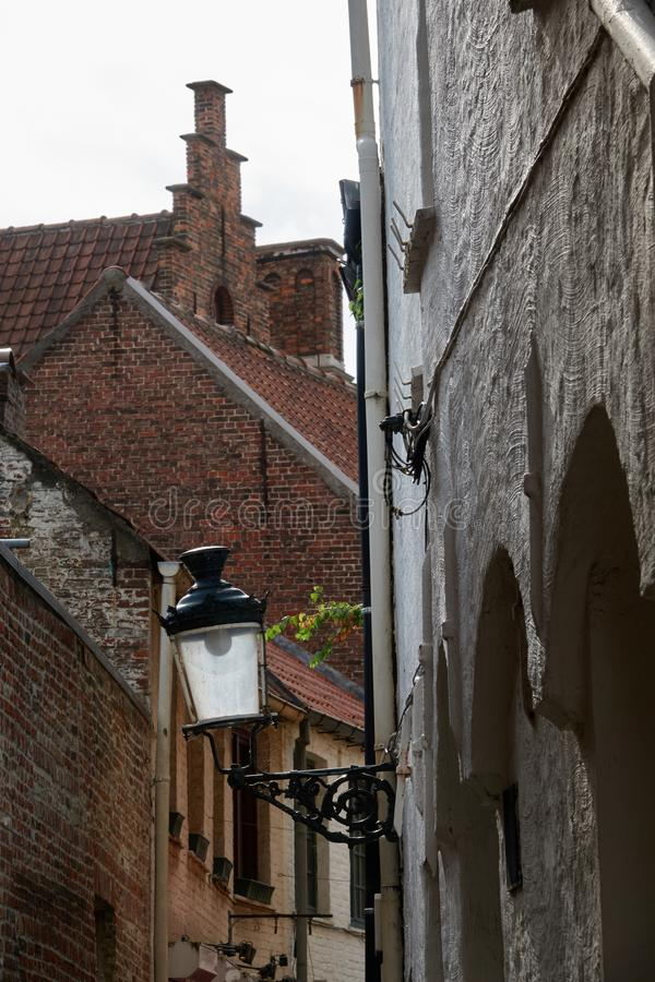 Uma lâmpada de rua velha com uma lâmpada do diodo emissor de luz em uma rua medieval foto de stock royalty free