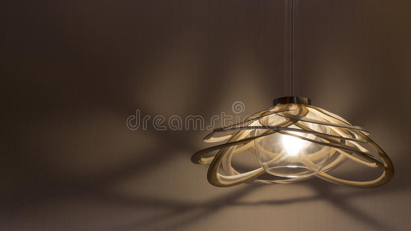 Uma lâmpada de suspensão iluminada foto de stock