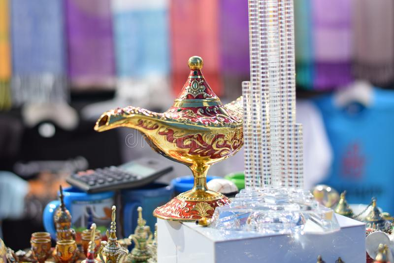 Uma lâmpada mágica vermelha e dourada bonita fotos de stock
