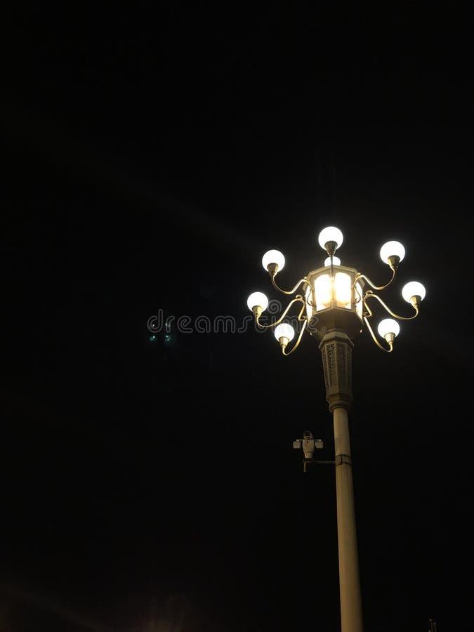 Uma lâmpada na escuridão imagem de stock