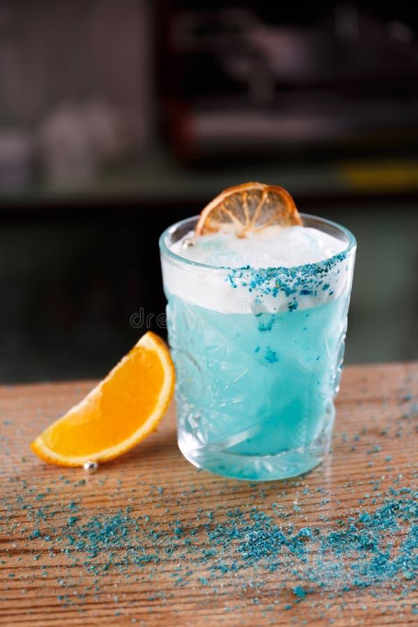 Uma lagoa azul é servida em um contador da barra fotos de stock