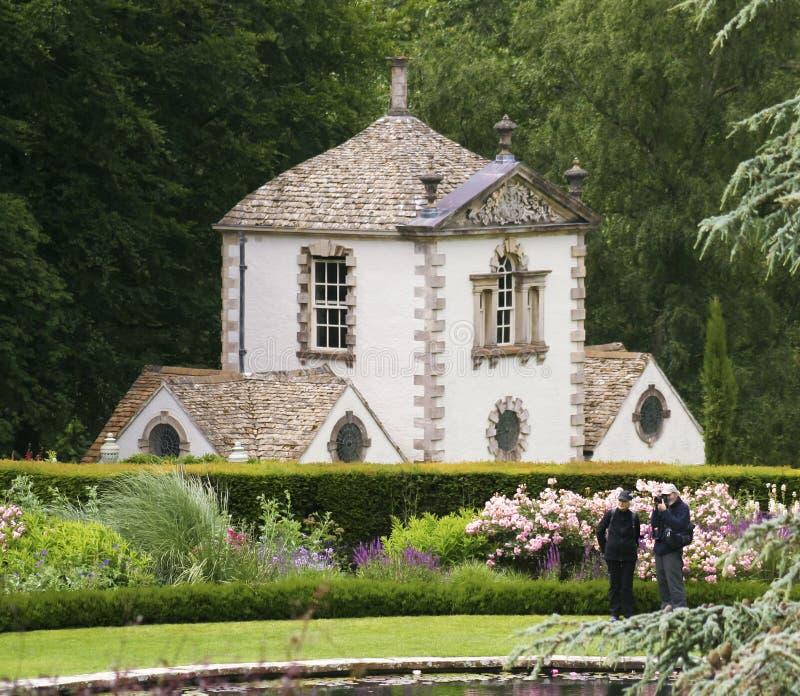 Uma lagoa do terraço disparada no jardim de Bodnant imagens de stock royalty free