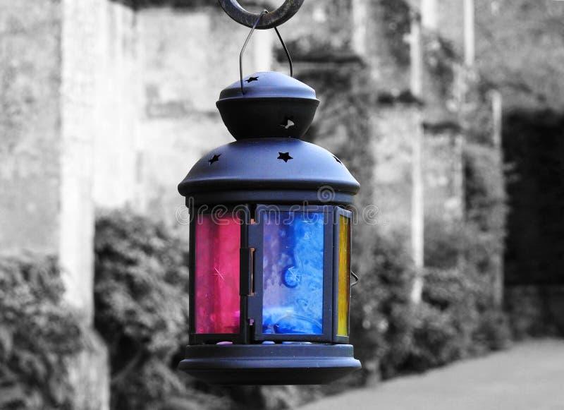 Uma lanterna árabe decora os jardins de uma casa de campo inglesa imagem de stock