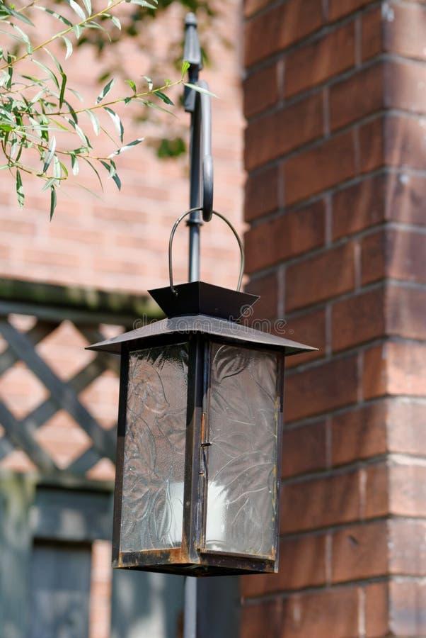 Uma lanterna da vela pendura no jardim imagem de stock