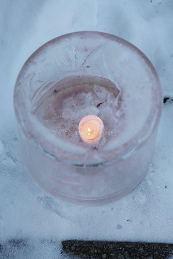 Uma lanterna feita do gelo com uma vela que queima-se para dentro fotos de stock royalty free
