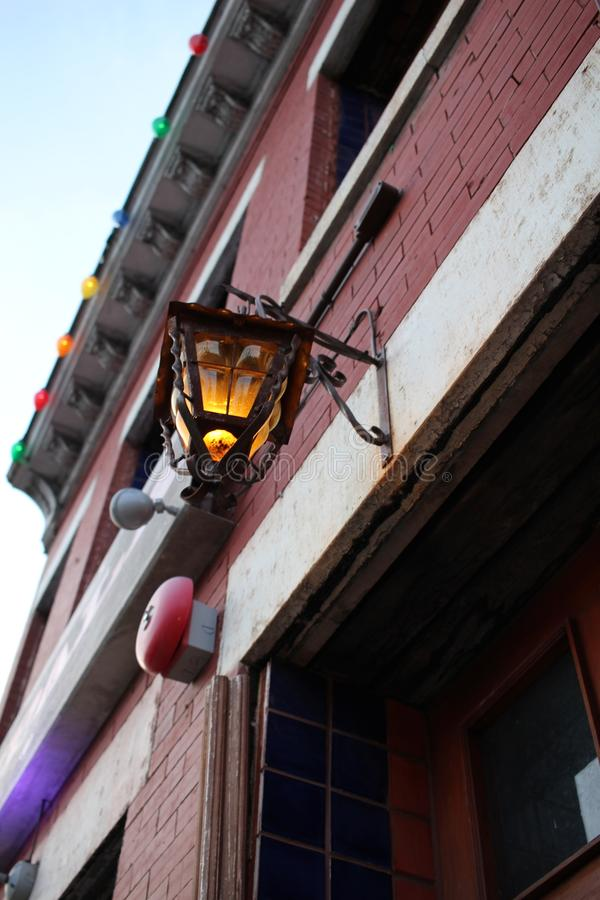 Uma lanterna fora de uma barra festiva na C.C. foto de stock royalty free