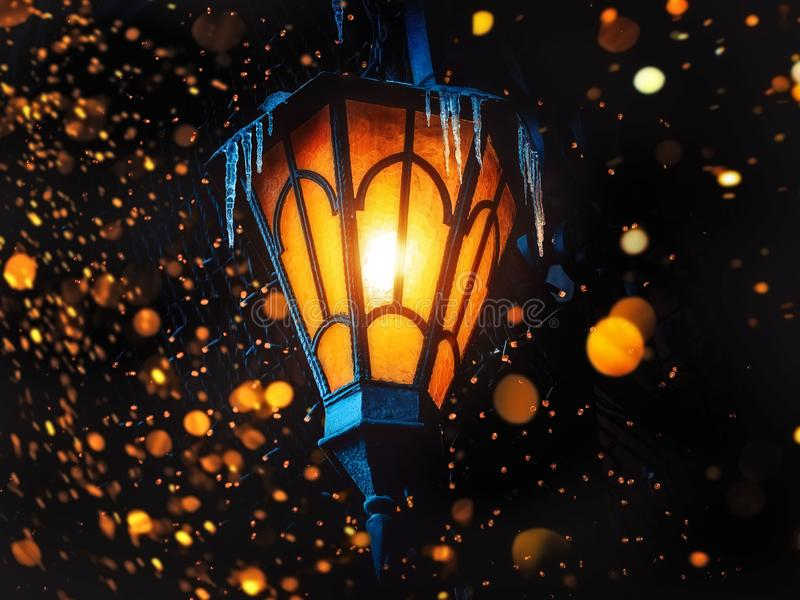 Uma lanterna velha mágica da rua brilha na rua na noite Muitas luzes brilhantes ao redor Lanterna clássica do ferro da rua velha  foto de stock