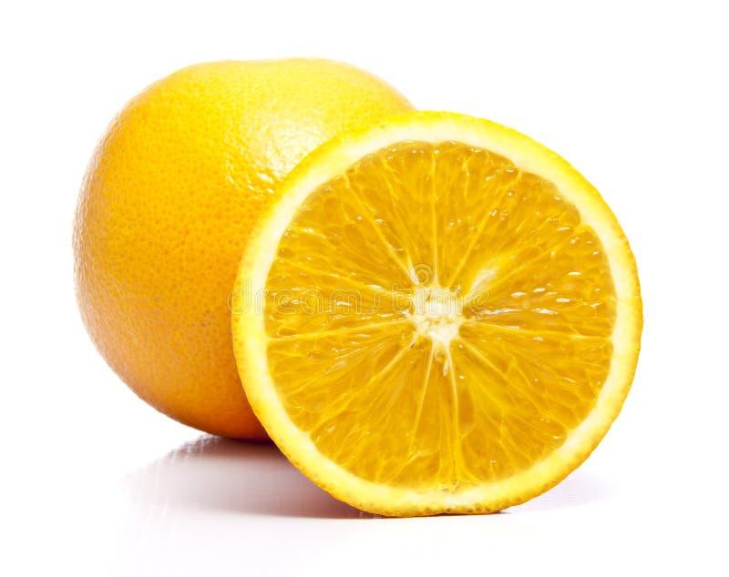 Uma laranja cheia e do corte fotografia de stock