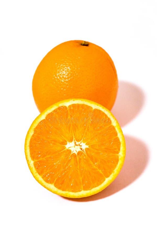 Uma laranja de umbigo e uma metade foto de stock royalty free