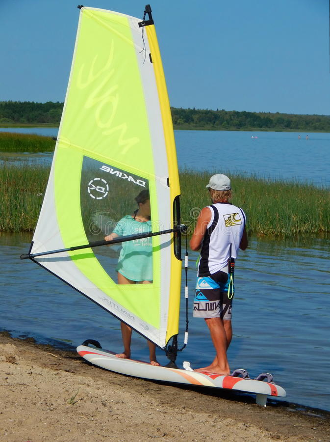 Uma lição do windsurfe com um instrutor no lago Plescheevo perto da cidade de Pereslavl-Zalessky em Rússia imagens de stock royalty free