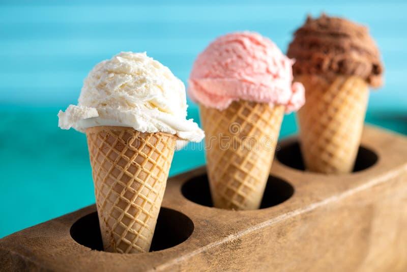 Uma linha de três sabores clássicos do gelado em Sugar Mold de madeira foto de stock royalty free