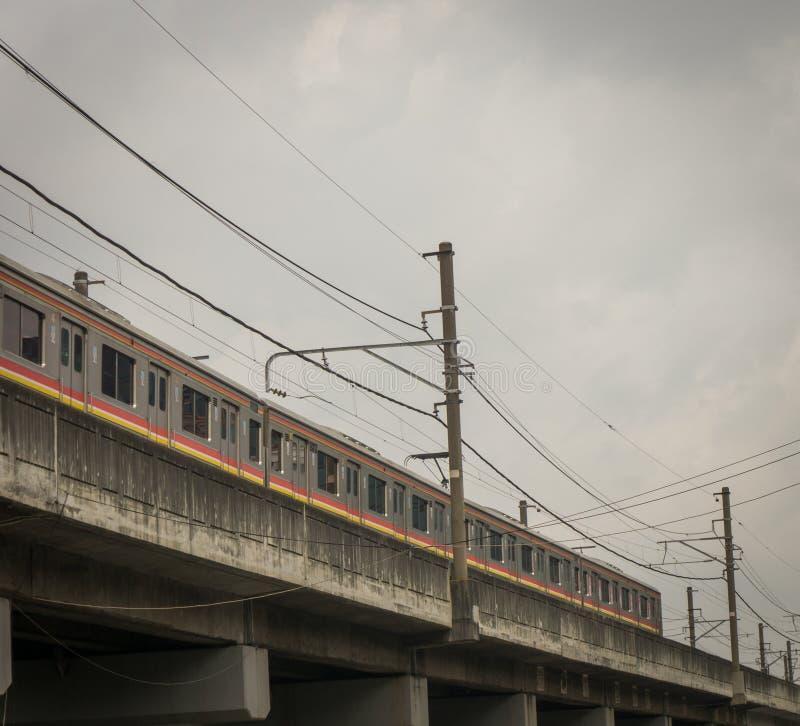 Uma linha do assinante que passa a calha uma passagem superior Jakarta recolhido foto Indonésia fotografia de stock royalty free
