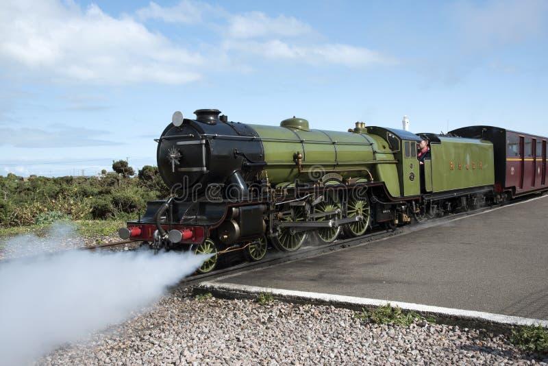 Uma locomotiva de vapor pequena na trilha do calibre estreito imagem de stock royalty free