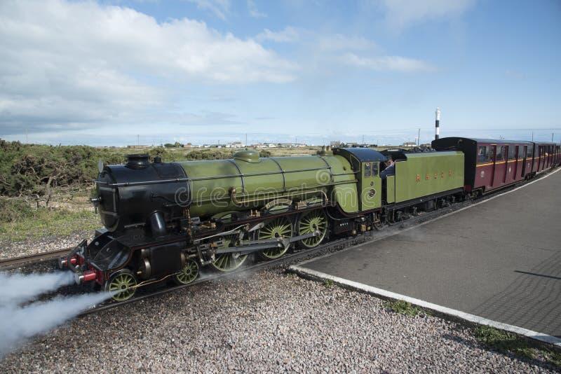 Uma locomotiva de vapor pequena na trilha do calibre estreito fotos de stock royalty free