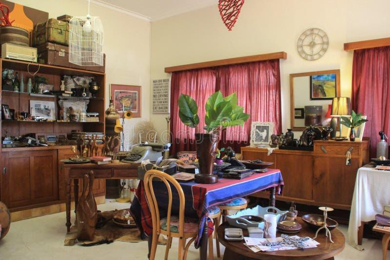 Uma loja antiga bonito e acolhedor com artigos da mobília e da decoração fotografia de stock royalty free