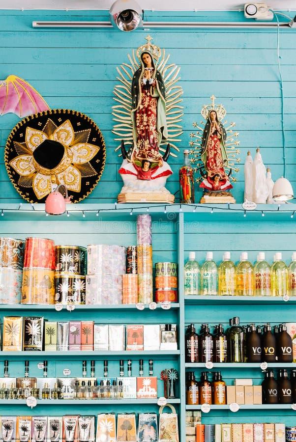 Uma loja colorida em Éstocolmo, Suécia fotografia de stock