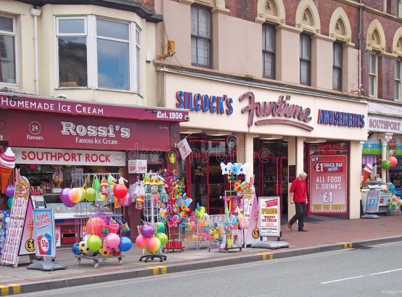 Uma loja na rua neville, no sul do país, vendendo brinquedos de sorvete na praia e lanches com um homem saindo de uma loja imagens de stock
