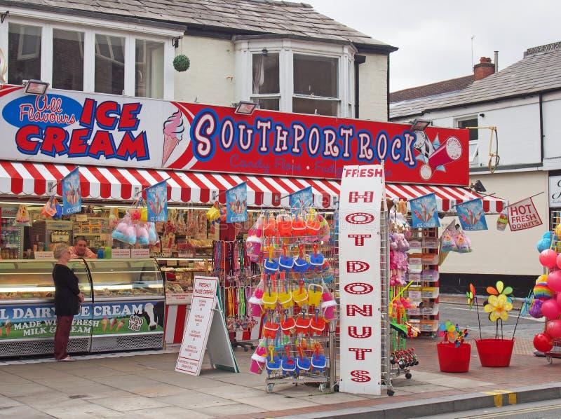 Uma loja na rua neville, no sul do país, vendendo donuts de sorvete e brinquedos de praia com uma mulher conversando com um homem fotos de stock