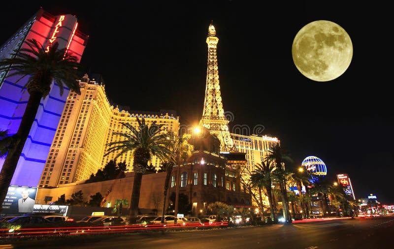 Uma Lua cheia sobre Paris na tira fotografia de stock