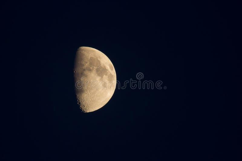 Uma lua enfraquecendo-se em um céu de noites claro do verão fotos de stock