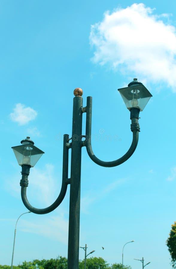 Uma luz de rua com céu fotos de stock